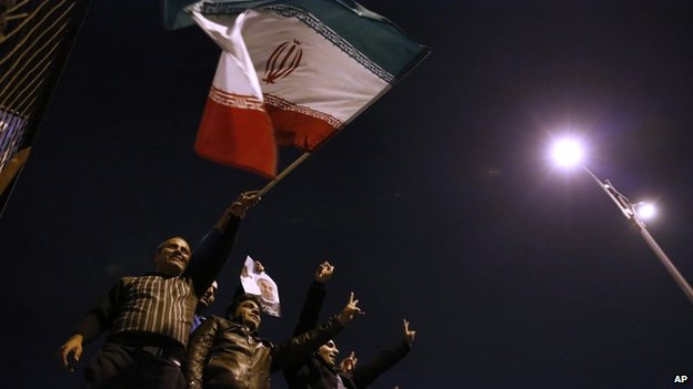 A crowd welcomes negotiators at Tehran's airport (Isna photo)