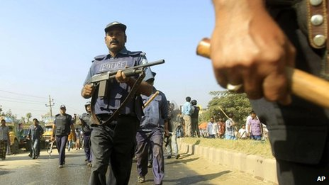 Police confront strikers in Dhaka (26 November 2013)