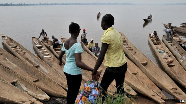 People prepare to cross by boat the Oubangui river to reach Congolese city Zongo on 10 October 2013 in Bangui, CAR