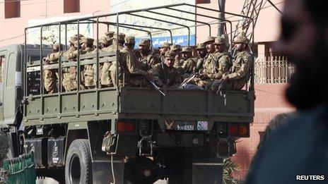 Tropas do Paquistão em Rawalpindi (17 de novembro de 2013)
