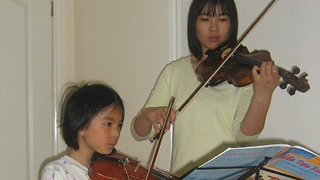 Alice and Xing playing violin