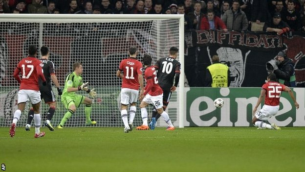 Rampant Man Utd ease to last 16