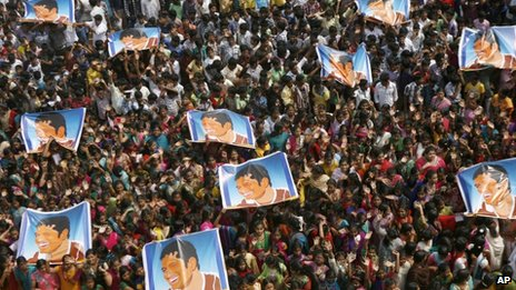 Indian school children display posters of Sachin Tendulkar as they gather to honour him in Chennai (14 November 2013)