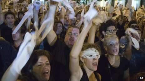 Protesters chant slogans and hurl toilet paper rolls at the Parliament building in Asuncion, 15/11/2013