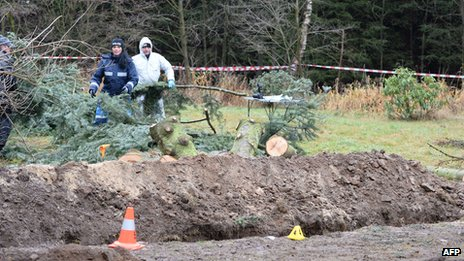 Policemen search for evidences at the area where body parts were found on November 29, 2013 in Reichenau, eastern Germany