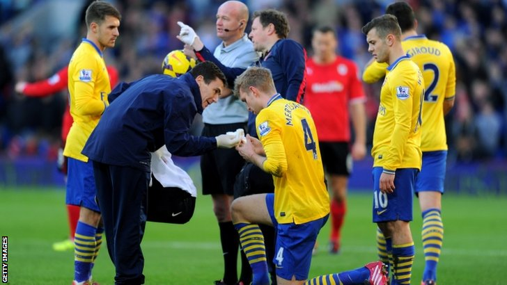 Per Mertesacker receives treatment