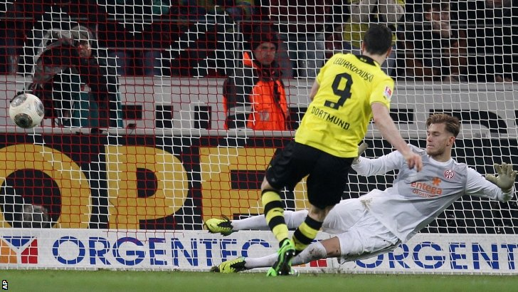 Dortmund's Robert Lewandowski scores his side's second goal with a penalty past Mainz goalkeeper Loris Karius