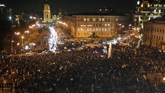 Thousands of protesters in St Michael's Square, Kiev