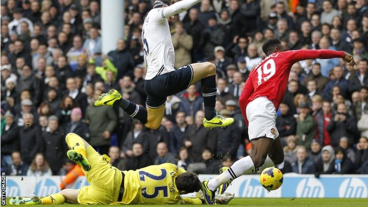 Danny Welbeck is fouled by Hugo Lloris