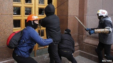 Unidentified men break glass at Kiev City Council building during rally 01/12/2013