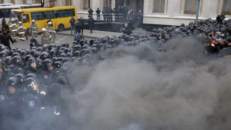 Smoke engulfs protesters and police as they clash outside the presidential office in Kiev 01/12/2013