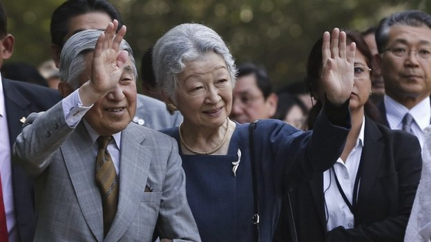Japan's Emperor Akihito (L) and Empress Michiko wave towards the crowd during their visit to the Lodhi garden in New Delhi December 1, 2013.