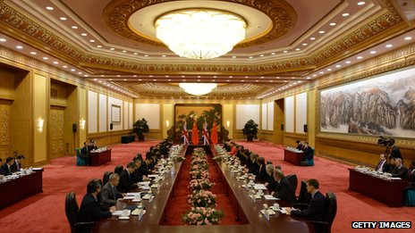 British Prime Minister David Cameron (R) and Chinese Premier Li Keqiang (L) attend a summit meeting at the Great Hall of the People