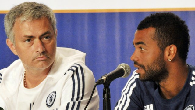 Chelsea's Jose Mourinho (l) and Ashley Cole