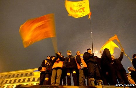 Protesters wave orange flags in the rain, November 2004