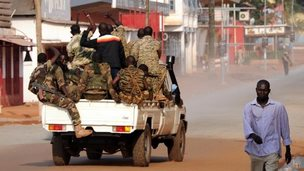 Soldiers patrol in Bangui (5 Dec)