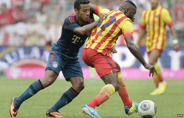 Bayern Munich's Spanish midfielder Thiago Alcantara (L) and Barcelona's French midfielder Alexandre Song, 24 Jul 13