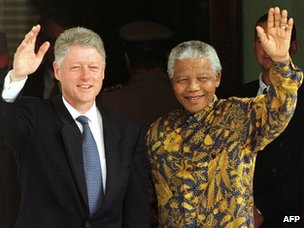 Nelson Mandela in batik with Bill Clinton