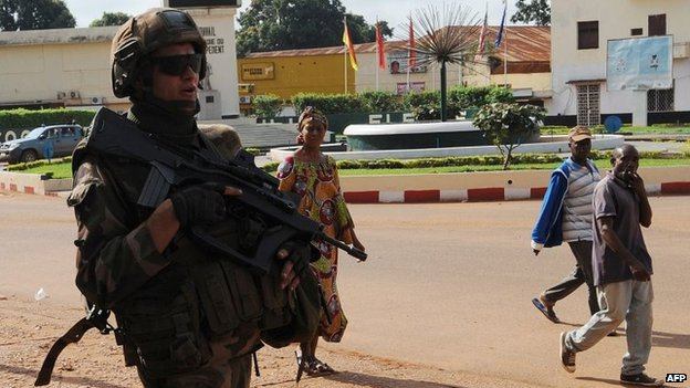 A French soldier patrols in the streets of Bangui (7 Dec 2013)