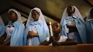 Girls attend Regina Mundi church in Soweto, South Africa (8 Dec 2013)