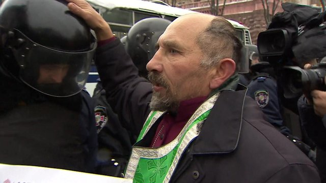 Priest blesses riot police officer in Kiev