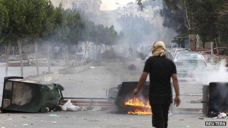 Fires set during clashes inside Al-Azhar university, in Cairo (9 December 2013)