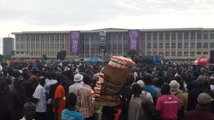 Crowds outside parliament in Kinshasa for Tabu Ley's memorial service