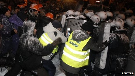 Police and protesters clash in Kiev