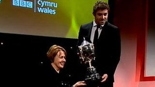 Baroness Tanni Grey-Thompson presents Leigh Halfpenny with the award