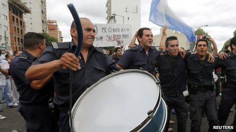 Policemen from La Plata, capital of Buenos Aires province, take part in a protest in downtown on 9 December, 2013