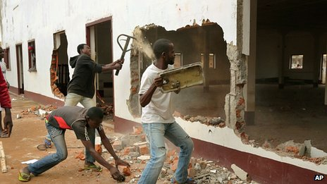 Christian mob attack a mosque in Bangui. 10 Dec 2013
