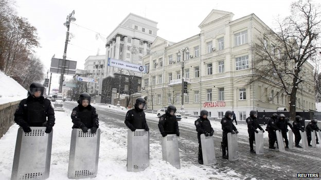 Riot police guard the Ukrainian cabinet of ministers building in Kiev, 10 December
