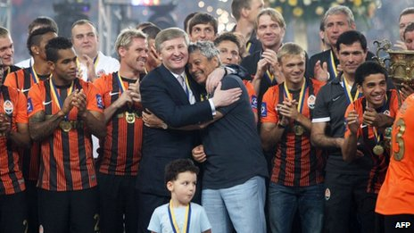 Rinat Akhmetov (centre-left) celebrates Shakhtar's victory in Ukraine's football premier league. Photo: May 2013