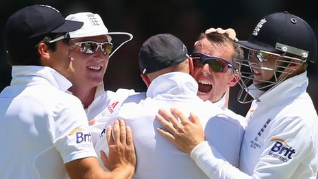 Graeme Swann celebrates after dismissing David Warner