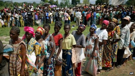 People queue for aid near Bangui airport, CAR (13 Dec 2013)