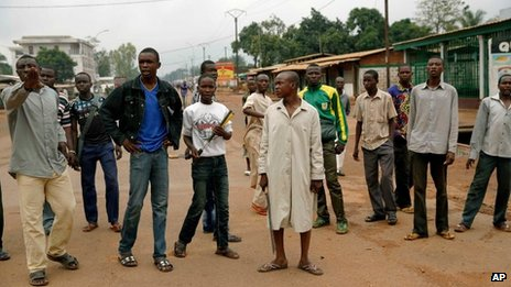 Muslim youths armed with machetes in Bangui (13 Dec 2013)