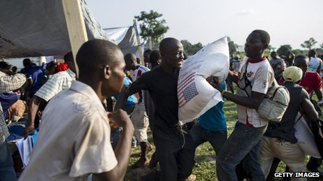 People fight for food at a distribution point in Bangui (13 Dec 2013)