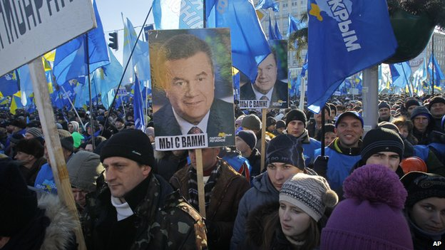 Supporters of Yanukovych's party of Regions hold portraits of Ukrainian President Viktor Yanukovych as they gather for their rally (14 Dec 2013)
