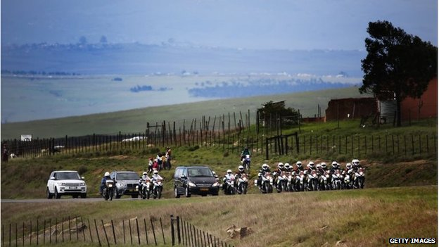 Funeral cortege drives through Qunu (14 Dec 2013)