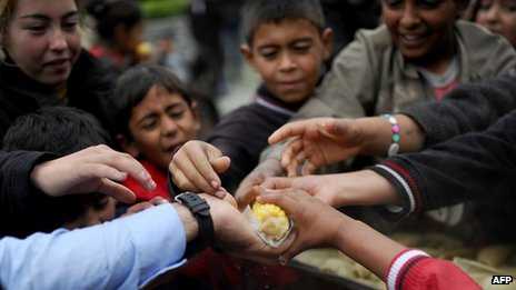 Syrian refugees grab food in Istanbul (3 November 2013)