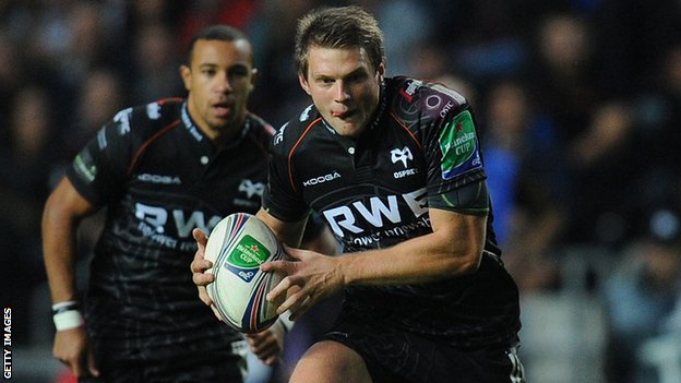 Ospreys fly-half Dan Biggar runs with the ball