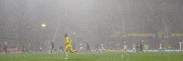 The players leave the pitch due to hail