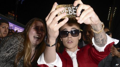 Justin Bieber takes a selfie with a fan