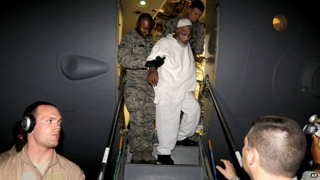 Ibrahim Idris escorted off US military plane in Khartoum (19 Dec)