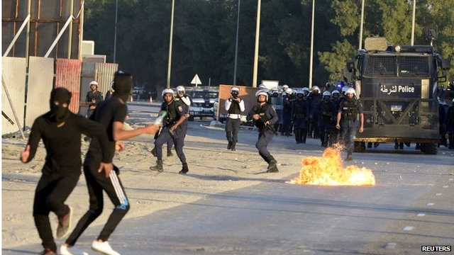 Protesters and police clash in Sanabis, Bahrain (03/12/13)
