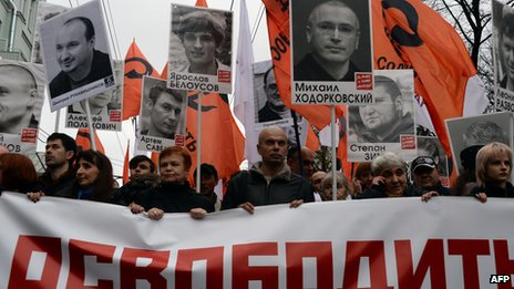 Demonstrators march in Moscow calling for the release of political prisoners (27 October 2013)