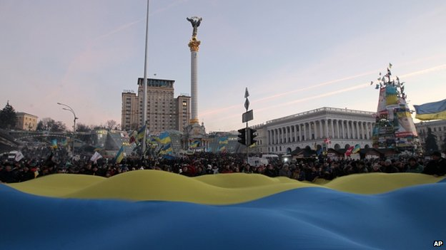 Large Ukrainian flag on square - 22 December