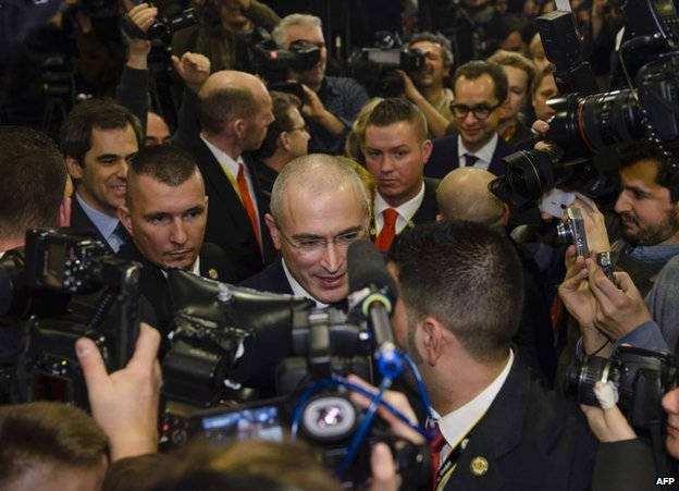 Journalists crowd around Mikhail Khodorkovsky in Berlin, 22 December