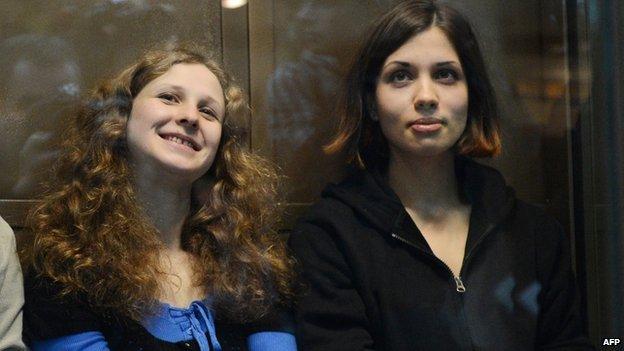 Maria Alyokhina (L) and Nadezhda Tolokonnikova
