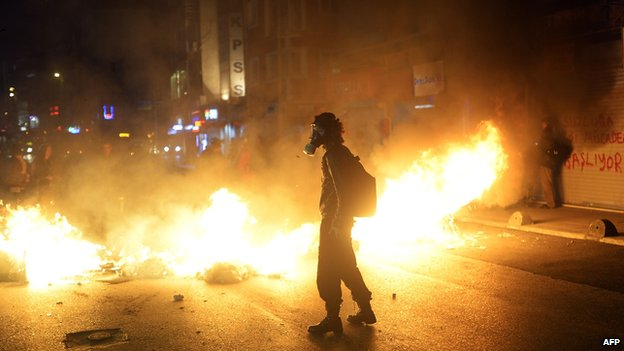 Burning barricade on Istanbul street, 22 Dec 13